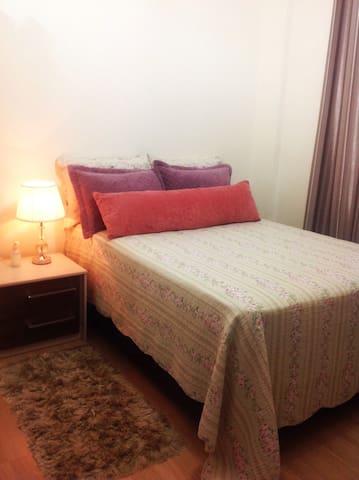 Quarto confortável (cama de casal/ar condicionado)