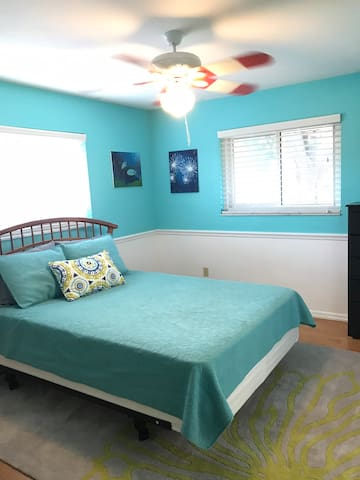 Private room in St Pete Home with queen bed