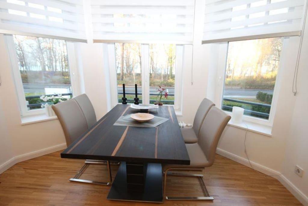 Der großzügige Essbereich bietet Ihnen genügend Platz für ein ausgedehntes Frühstück oder andere köstliche Mahlzeiten.