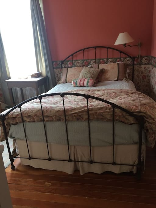 Comfy queen bed with quality linens and down comforter.