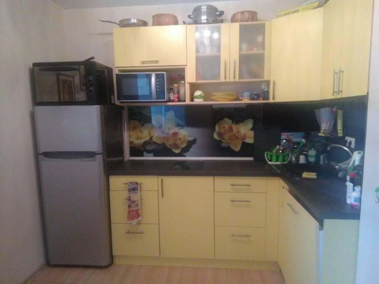 Кухня полностью оборудованная с посудомоечной машиной