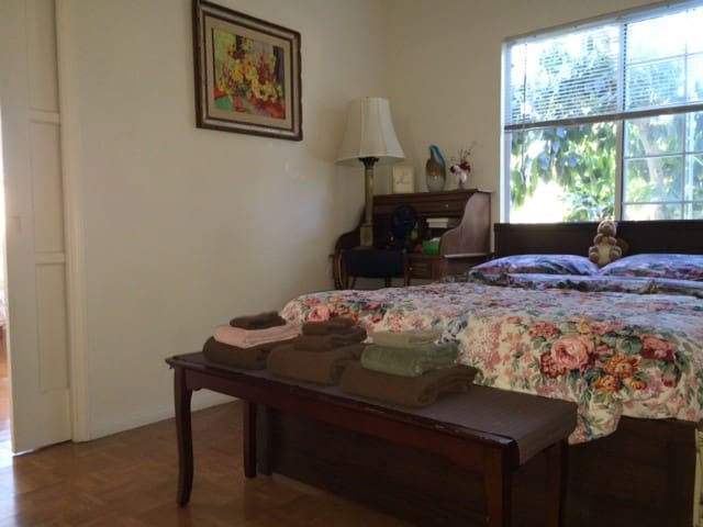 Santa Monica Magical Organic Garden w/Free Parking - Santa Monica - Apartment
