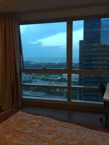 Large Queen Room , Facing Marina bay .Downtown MRT