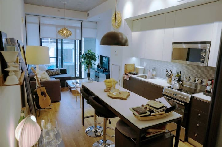 Amazing 1 Bedroom Condo in Queen West Area!