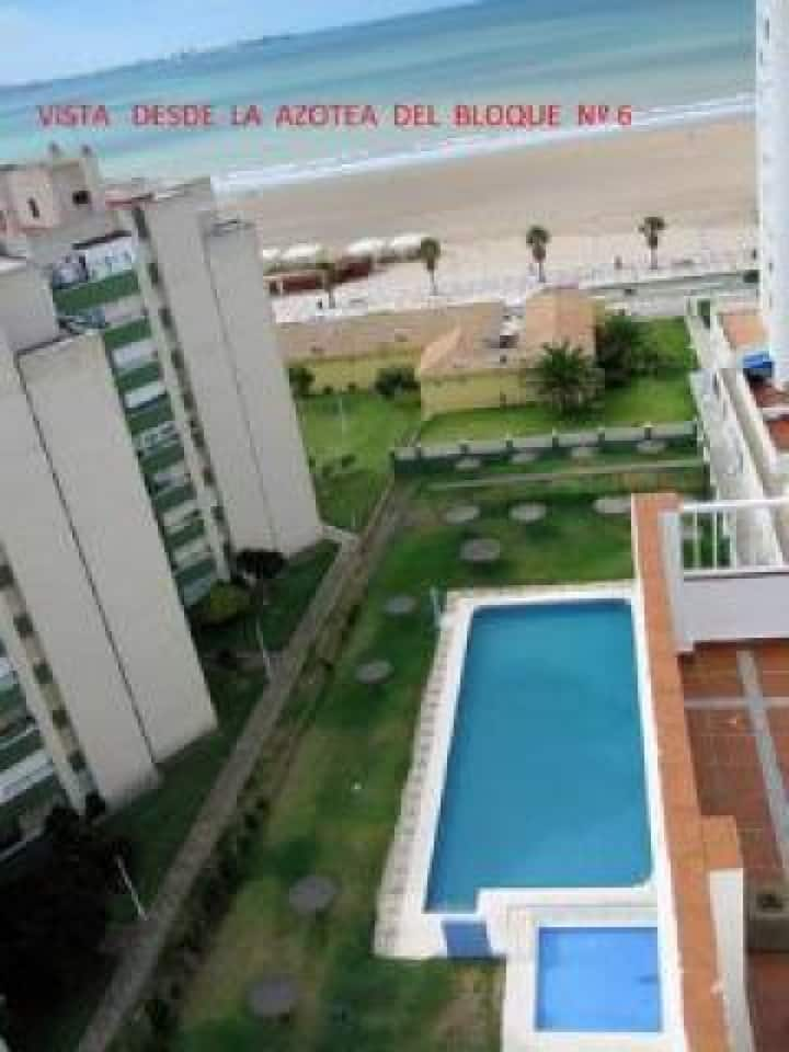 "Apartment ""Centro Paseo Marítimo Valdelagrana"" directly on the Beach with Pool, Wi-Fi & Terrace; Parking Available"