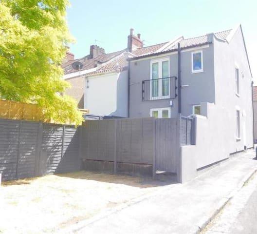 Stylish Bristol garden flat, 15min from centre