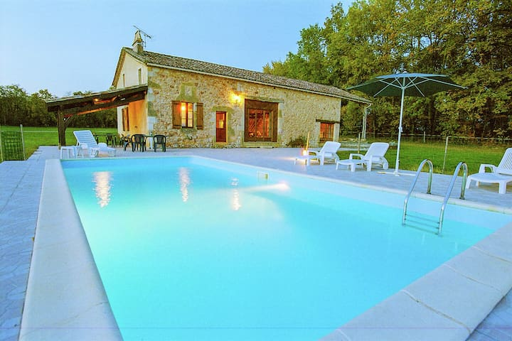 Périgord house with private swimming pool in the middle of unspoiled nature.
