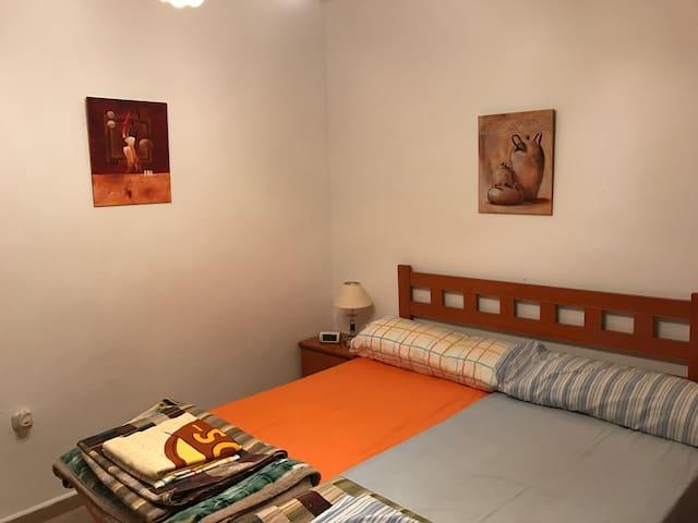 Habitación privada WIFI(X4) Aparcamiento Público.
