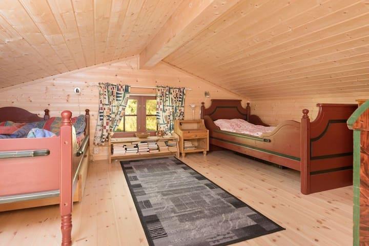 Hems med dobbeltseng, enkeltseng og plass til madrasser