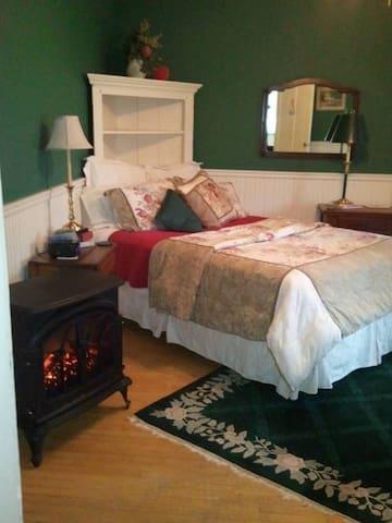 Charles Churchill Room - Apple Tree Lane Bed & Breakfast