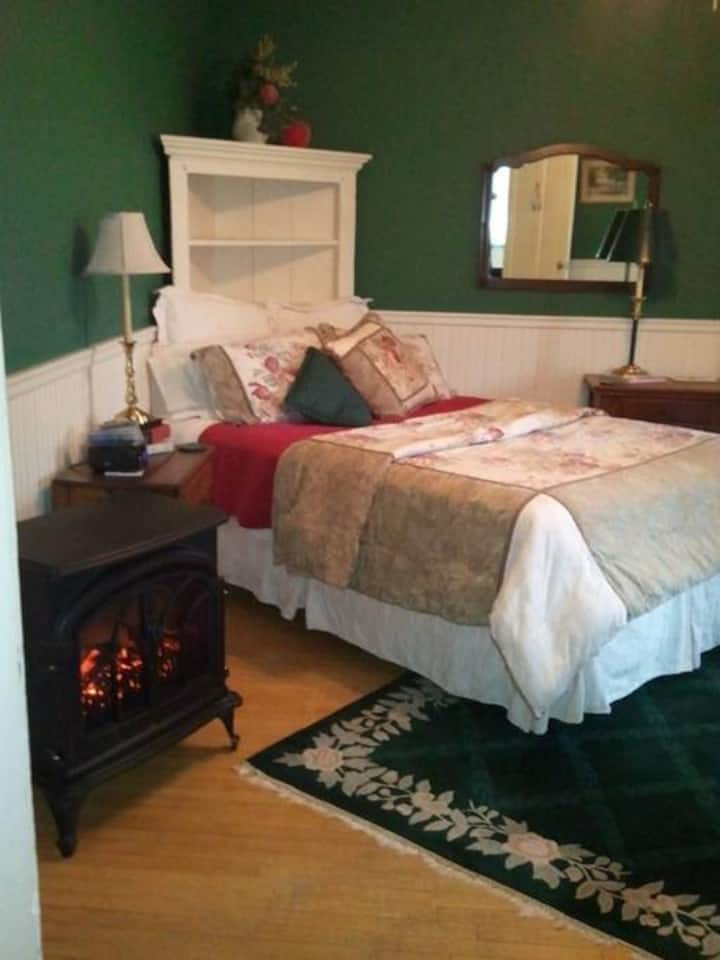 Charles Churchill Room - Apple Tree Lane Bed & Breakfast