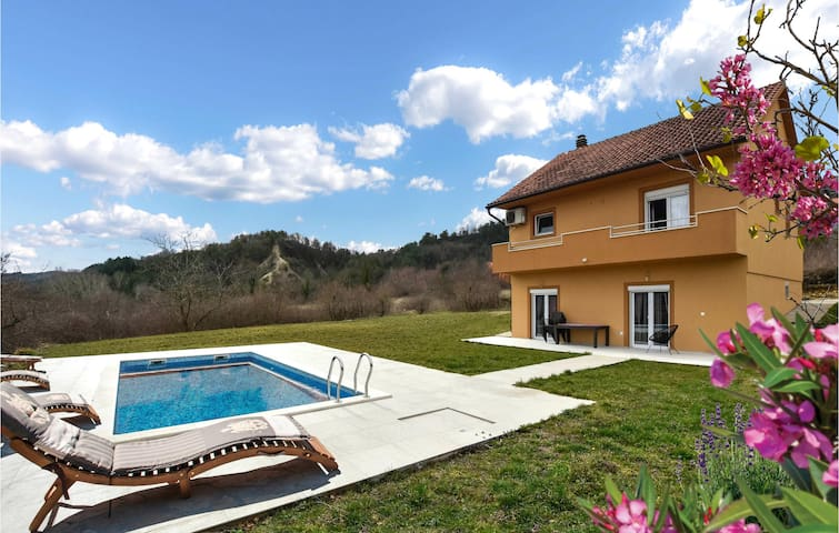 Holiday cottage with 4 bedrooms on 135m² in Trilj