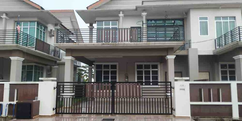 2 Storey House 4 rooms in Kerteh - Cozy & Spacious