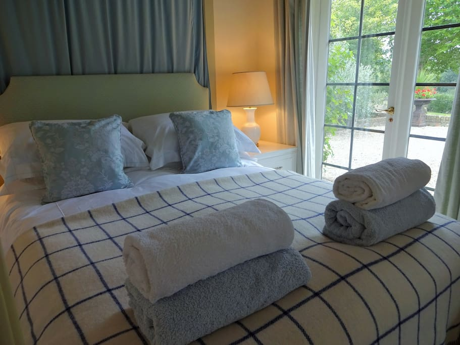 Double Bedroom  - four poster bed with shower
