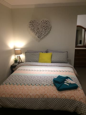 Sea Spray-BIG private room with queen bed - Warilla - Ev