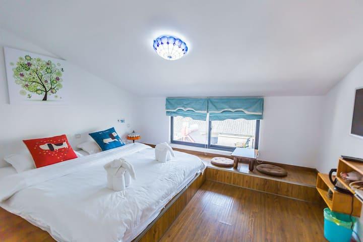 日式阁楼体验·斜顶榻榻米阳光大床房,带玻璃悬空多肉小客厅/洗衣机/厨房/天台,适合发呆看书打游戏