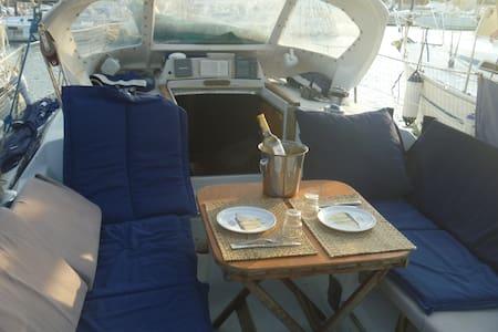 Voilier 9m50 à quai (6 personnes) - Boat