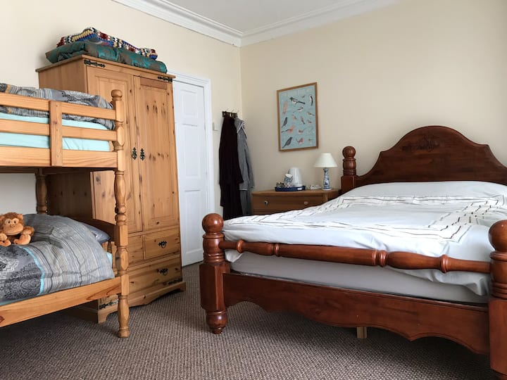 King size/Family room in comfy Holyhead house