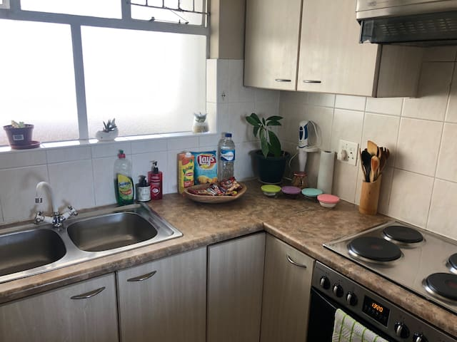 Fully equipped kitchen, with some snacks to welcome you. There is a washing machine and a dishwasher. (You are on holiday after all.)