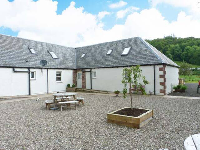 LON COTTAGE, pet friendly, with a garden in Blairgowrie, Ref 28088