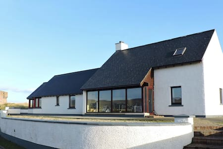 Large and unique seaside home - steps to the beach - Limavady