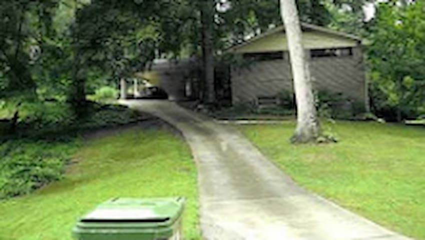 Awesome place by park! Pet friendly. Private bath. - Atlanta - Casa