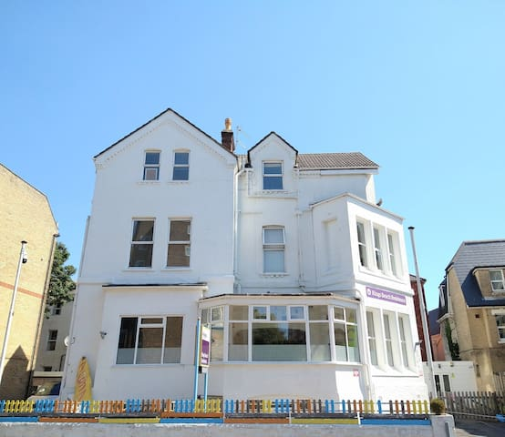 Less than 5mins walk to cliff top & town centre.