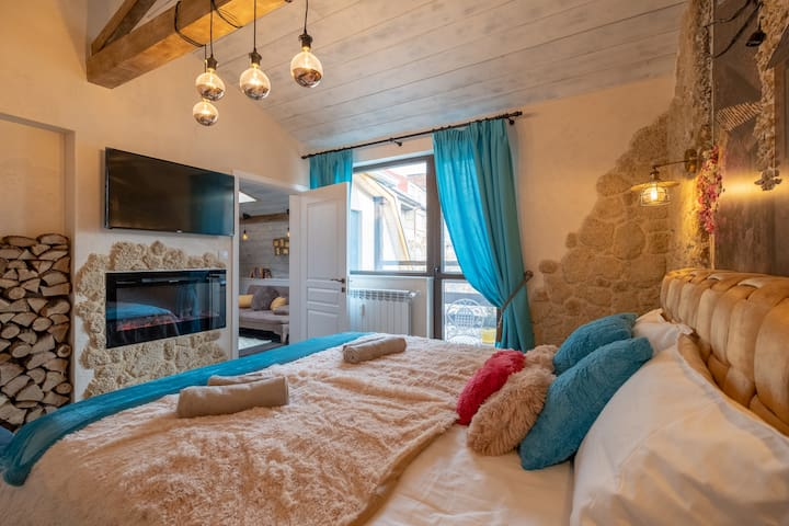 Queen size bed, flat screen TV with cable TV, fireplace...is there anything missing?