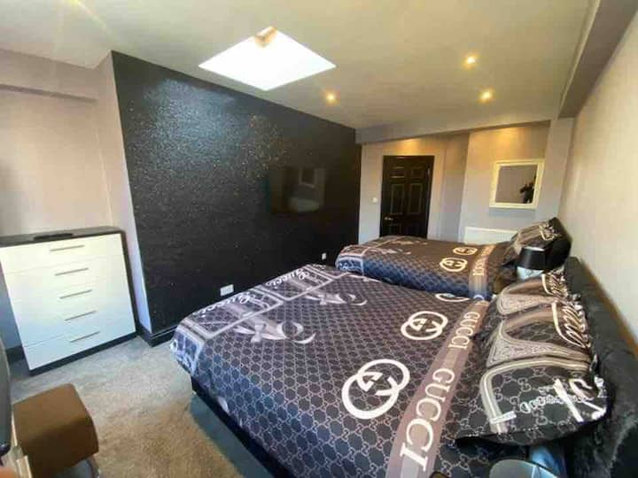 Boutique Blackpool 2 Bed Grey Apartment Sleeps 8