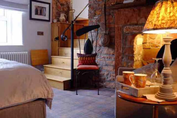 Luxury double ensuite bedroom easy access M6 / M74