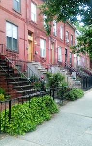 Sunny Yard,Washer-Dryer, Huge Kitchen - Jersey City