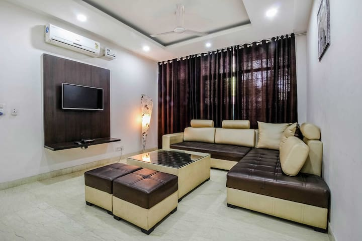 AIRBNB GURGAON RM/10 mins from CyberhubNEXT TO DLF