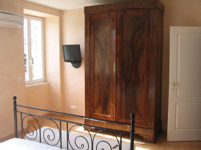 Chambre 1 étage pour 2 personnes lit 160 cm. Vue n°1