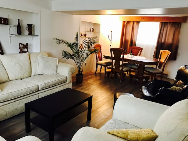 Spacious Lower Floor Apartment - Dorval - Bungalow