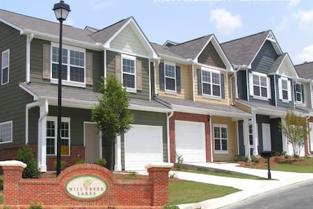 Charming 3 bd Townhome behind the Mall of Georgia - Buford
