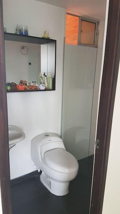 baño disponible con calentador de agua