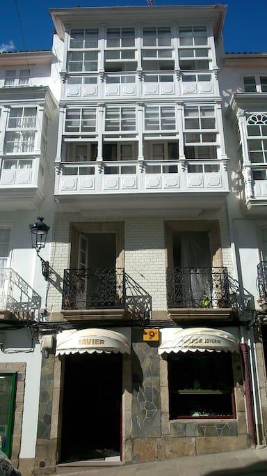 Preciosa casa típica de tres plantas