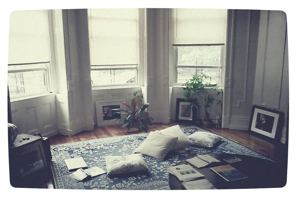 Main bedroom/Marble coffee table/Bay windows