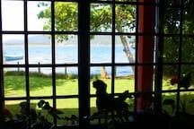 Vista da sala para o pátio e lagoa:)