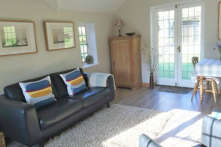 Cottage with tennis court and pool - Piltdown