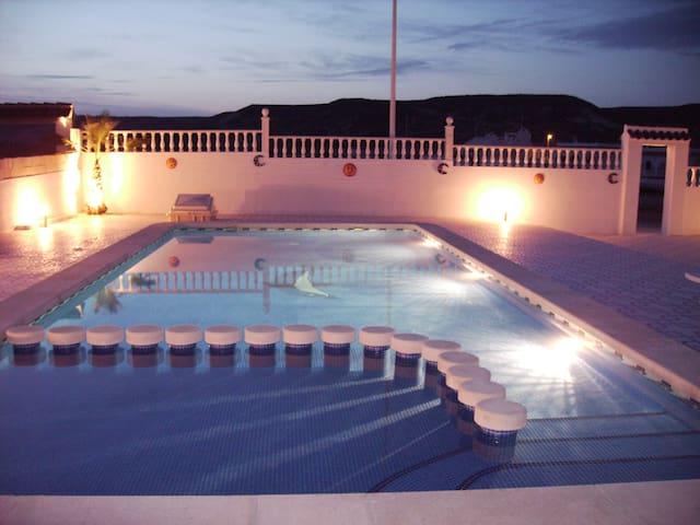 Privé zwembad 11x7 meter met kindergedeelte