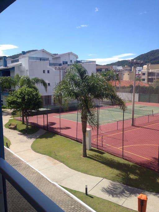 Tennis court - bring your racket Quadra de tenis - traga sua raquete