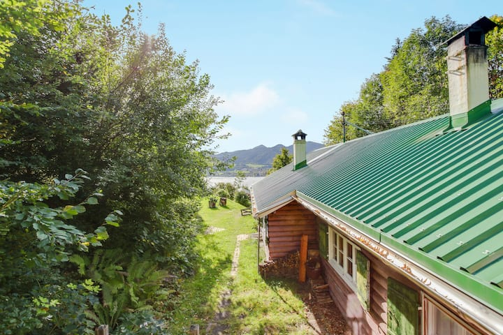 Romantic Cottage with Garden, Barbecue & TV; Parking Available, Pets Allowed