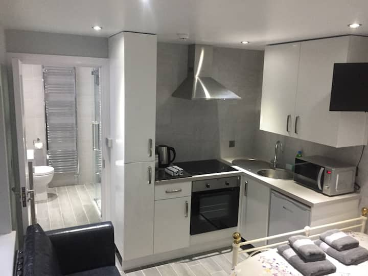 Ultra Modern Sparkling 5* Studio in ❤️ of Belfast!!