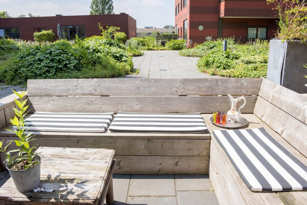 Safe rooftop terras for children to play and run around !