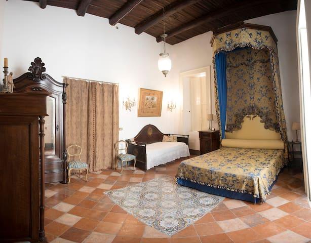 Camera da letto con letto matrimoniale  sormontato da baldacchino del 1700 e divano letto. Si può aggiungere un quarto letto.
