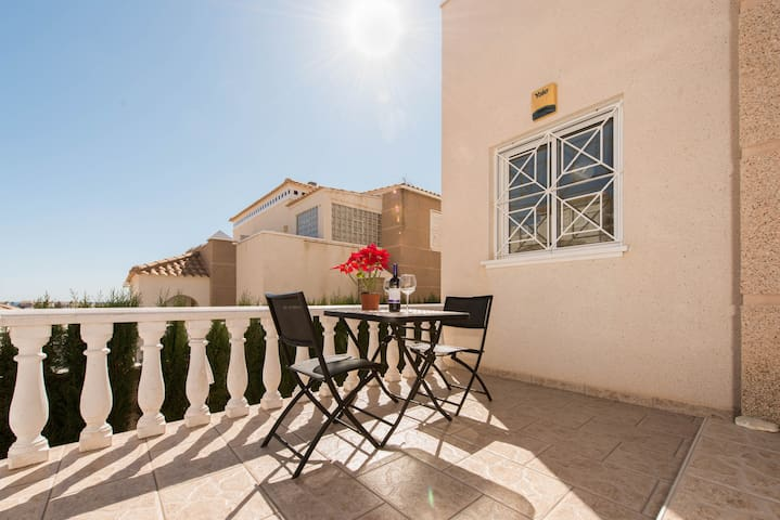 Charming Villa with Rooftop - Torrevieja - House