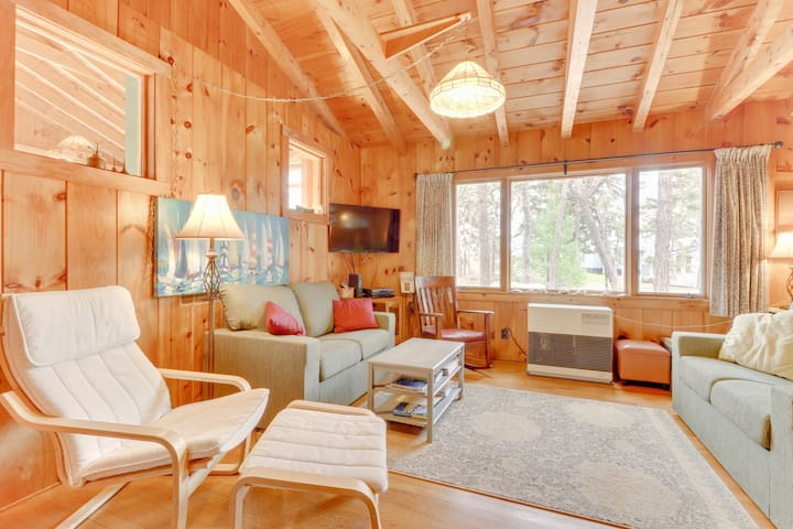 Quaint, family-friendly log cabin only short walk to beach
