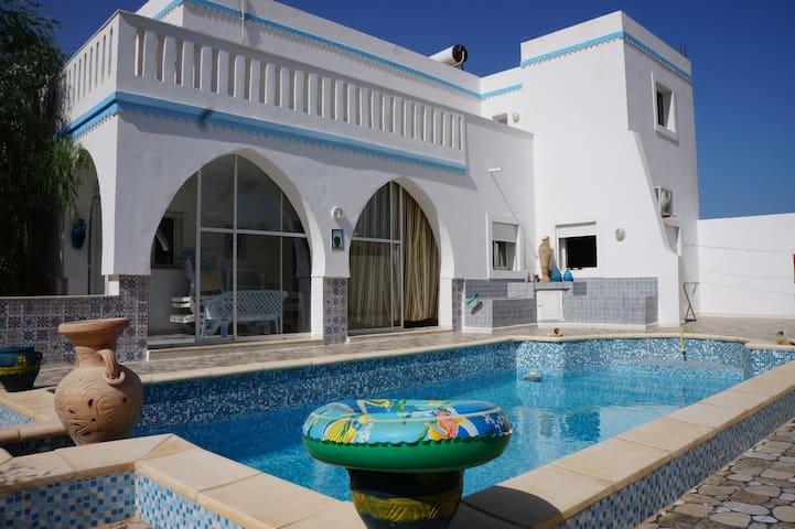AMEL/KARIM vue de la maison et piscine.
