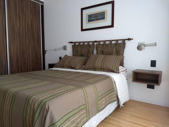 El dormitorio está a la izquierda del living en suite con el baño principal